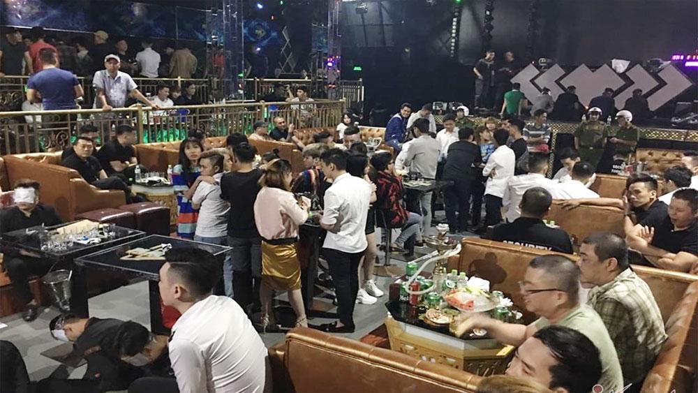 Đột kích quán bar TP Hồ Chí Minh, 12 bàn VIP đầy ma túy, rượu lạ